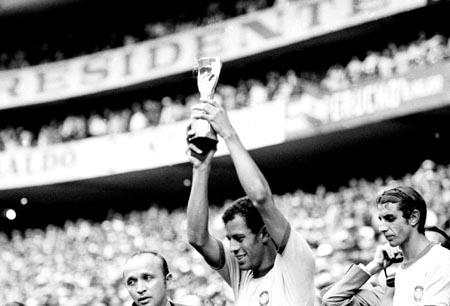 Final da Copa 1970. O capitão Carlos Alberto Torres ergue a Taça Jules Rimet.